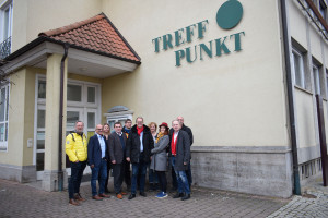Gruppenbild mit MdL Markus Rinderspacher vor dem Treff.Punkt