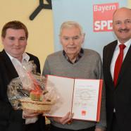 Vorsitzender René van Eckert und MdB Bernd Rützel ehren Roman Then (Foto Stefan Kritzer)